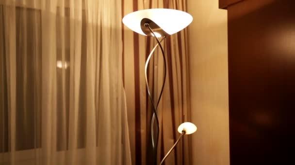 krásná stojací lampa v hotelovém pokoji