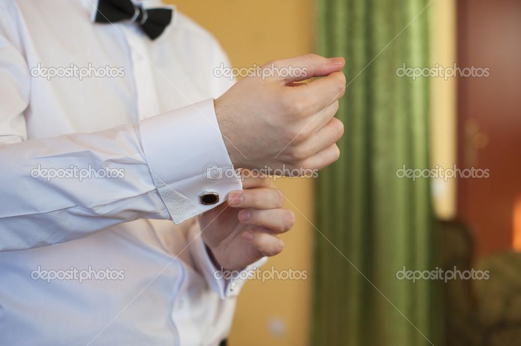 94e6fc5fddee άνθρωπος βάζει μανικετόκουμπα σε λευκό μανίκι πουκάμισα — Φωτογραφία ...