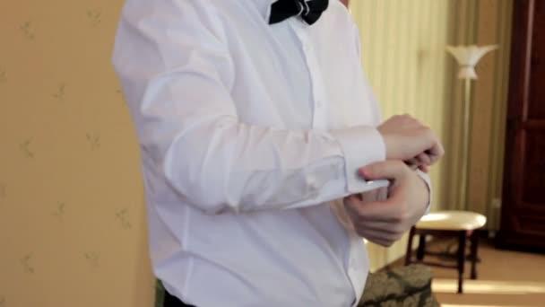 13cc268a877a Άνθρωπος της μόδας φοράει λευκό πουκάμισο και μανικετόκουμπα– πλάνα αρχείου