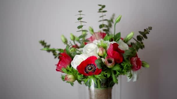 krásné svatební kytice na šedém pozadí