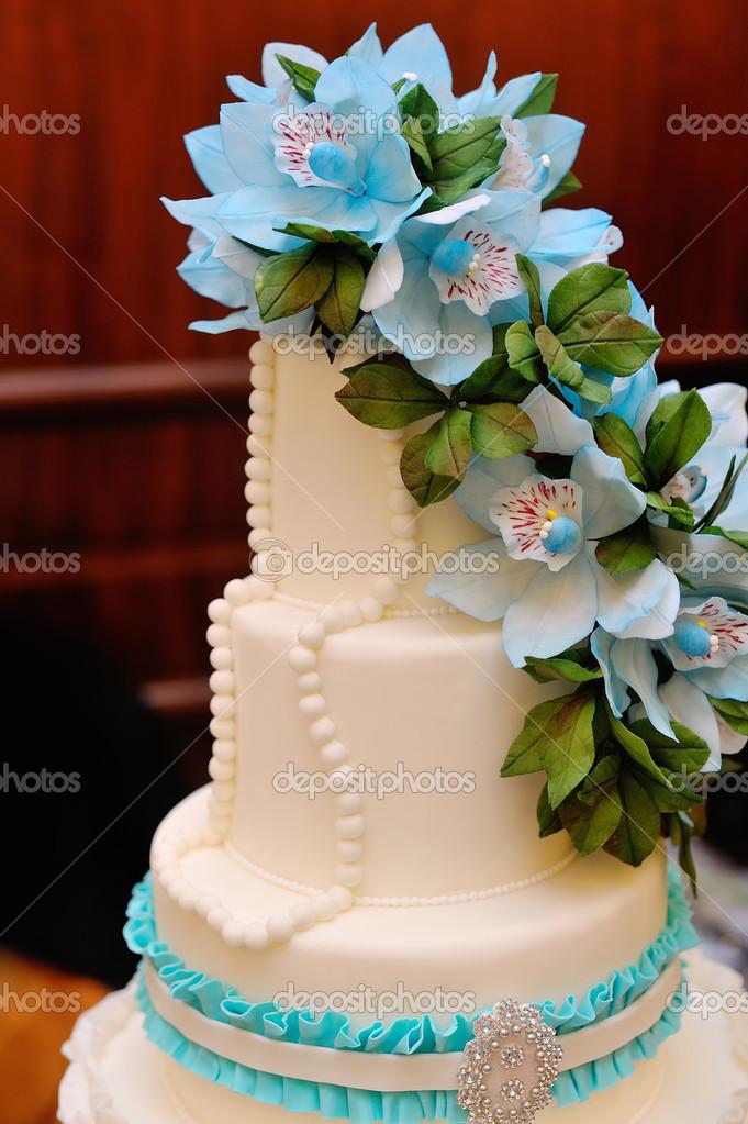 Detail Der Hochzeitstorte Mit Blauen Blumen Stockfoto C Timonko