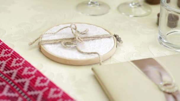 dva snubní prsteny na kreativní prop