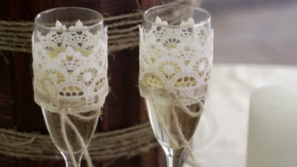 zwei Gläser mit Champagner Stand auf dem Tisch