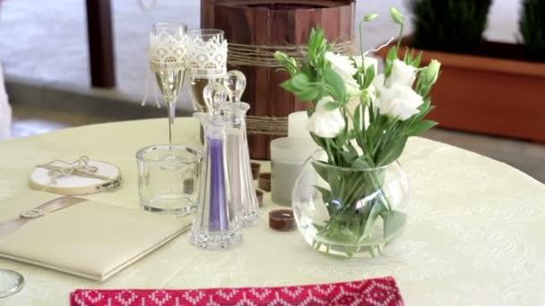Tabelle mit Hochzeitsaccessoires und zwei Gläser Champagner