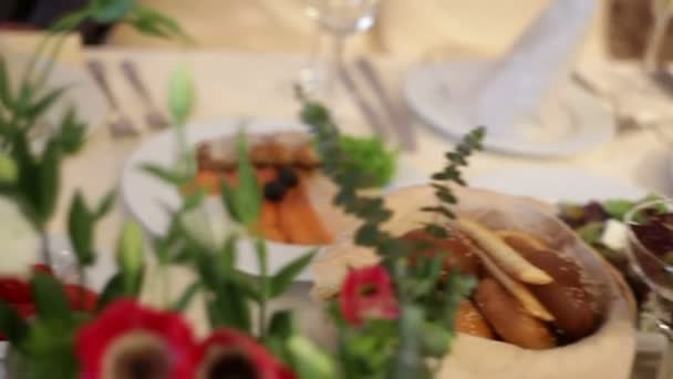 krásně vyzdobené květinami svatební stůl v restauraci