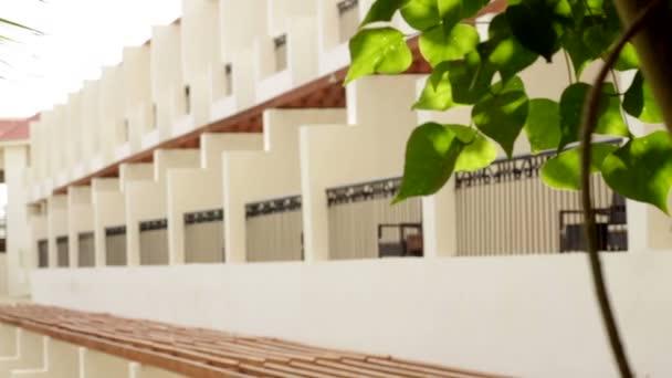 fasádu hotelu v Egyptě se stromy
