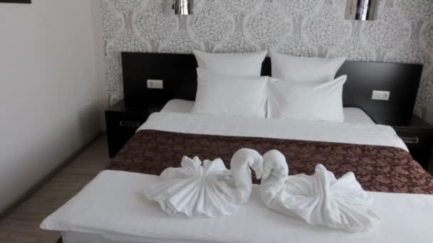 krásná manželská postel v hotelu