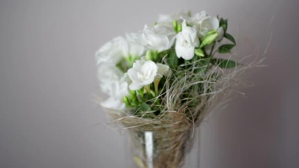 gyönyörű esküvői csokor fehér rózsával