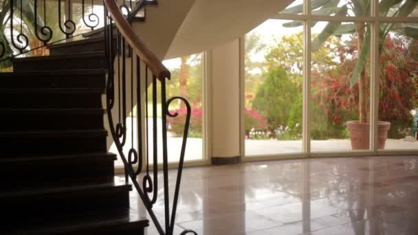 Lobby des Hotels mit einer schönen Treppe