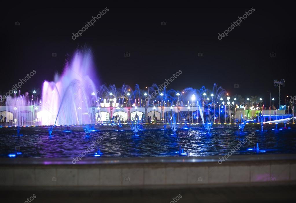 de verlichte fontein nachts foto van timonko