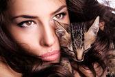 Frau und Kätzchen