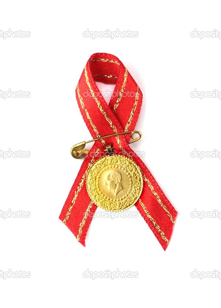 monedas tradicionales turcas con cinta roja. cuarto y mitad oro ...