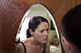 Fotografie Junge Frau schockiert, Pickel zu finden