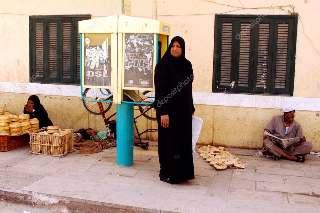 Moslim dressing kabeljauw hijab u redactionele stockfoto