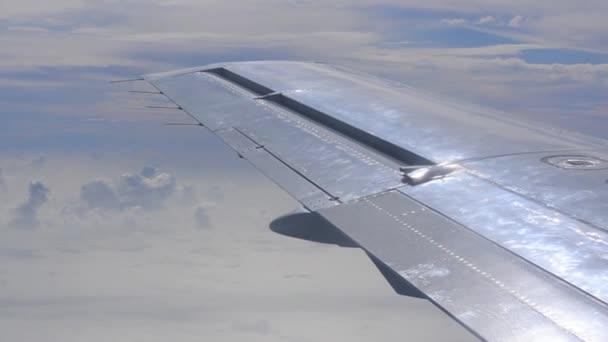 křídlo letadla při cestování letadlem
