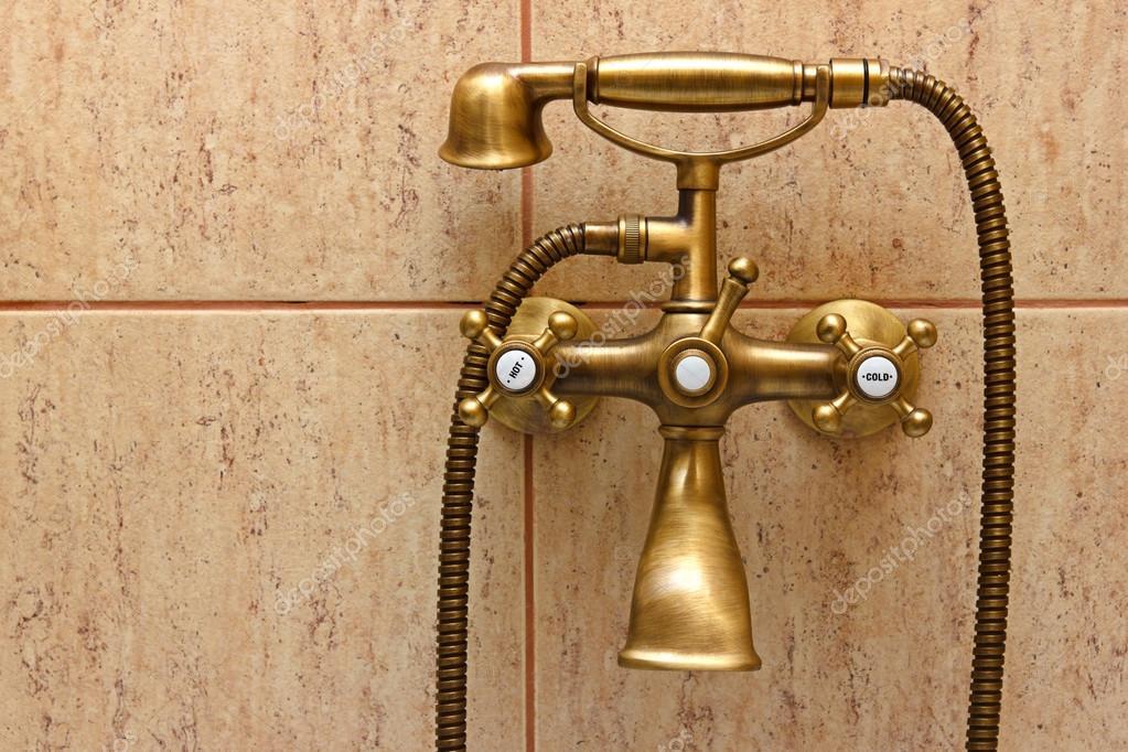 Robinet baignoire vintage et des carreaux de céramique en ...