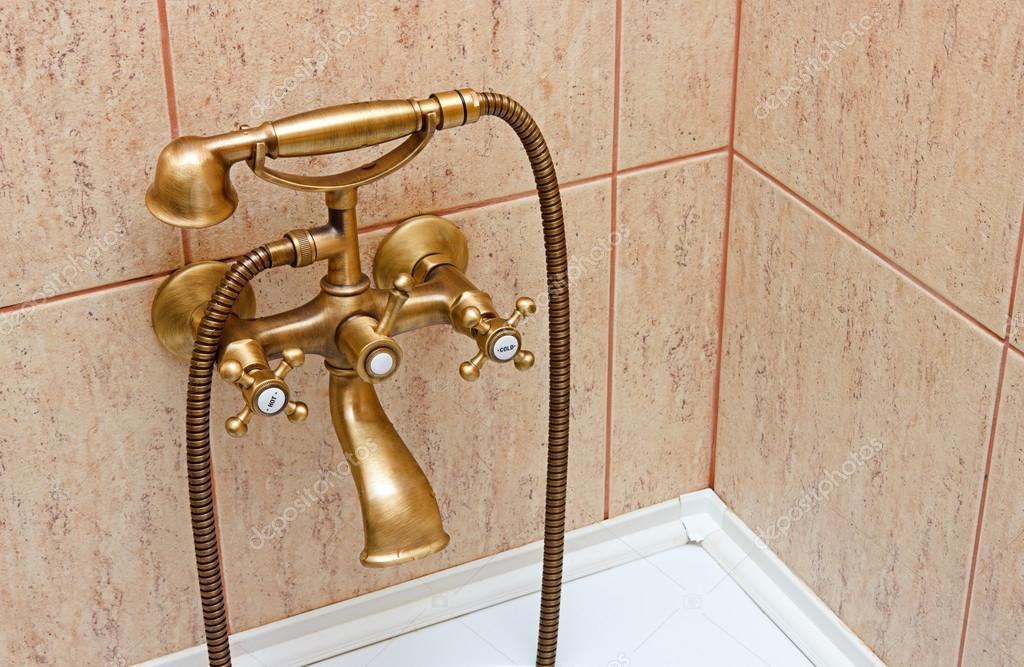 Vasche Da Bagno D Epoca : Rubinetto vasca da bagno depoca e piastrelle di ceramica in