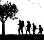 Escursioni famiglia con zaini nel parco in sagoma di primavera