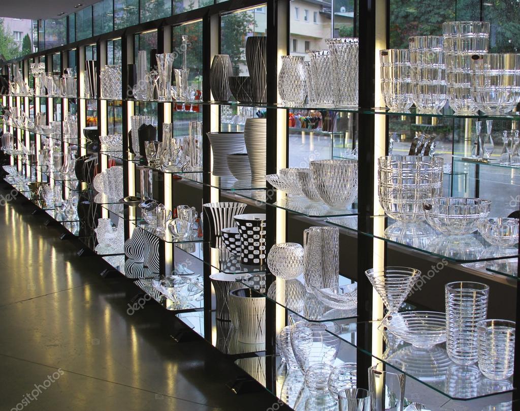 Copas de vino y los floreros en exhibici n en el showroom - Fabricas de cristal en espana ...