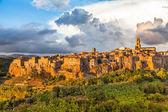 Fotografie středověkého města pitigliano při západu slunce, Toskánsko, Itálie