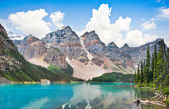 Fotografie wunderschöne Landschaft mit Rocky Mountains und den berühmten Moraine Lake im Banff Nationalpark, Alberta, Kanada