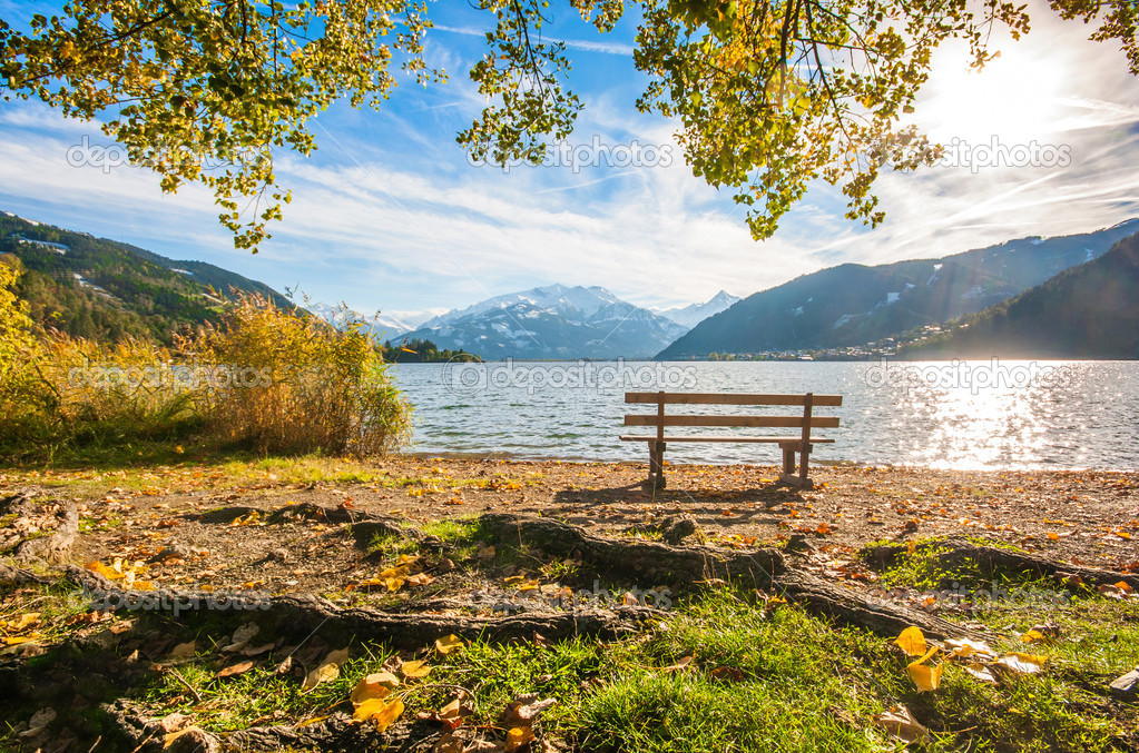 sch ne herbst szene mit park bench und berg see in den alpen zell am see im salzburgerland. Black Bedroom Furniture Sets. Home Design Ideas