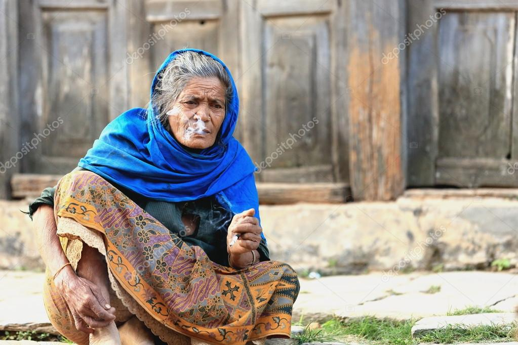 Stará žena kouří
