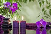Zen stones orchidejí aromatické svíčky a ručník wellness koncept