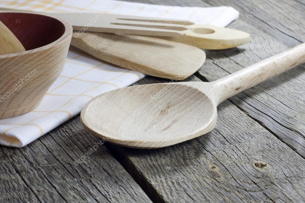 vecchi utensili da cucina retrò su tavole di legno — Foto Stock ...