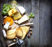 Fotografia vari tipi di formaggio con il concetto di sfondo spazio vuoto
