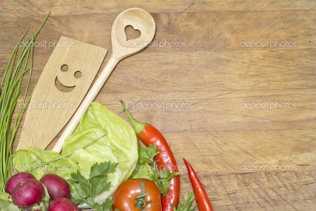 Verduras y utensilios de cocina en concepto de fondo de for Utensilios de cocina fondo
