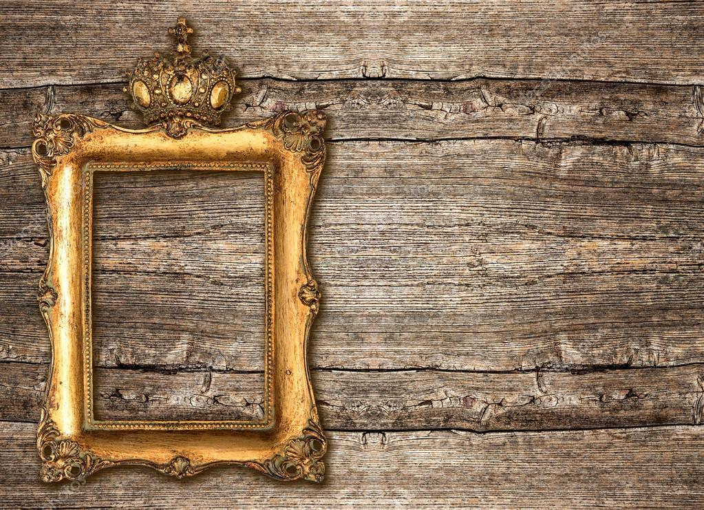 Marco de oro con la corona sobre fondo de madera fotos - Marcos rusticos para fotos ...