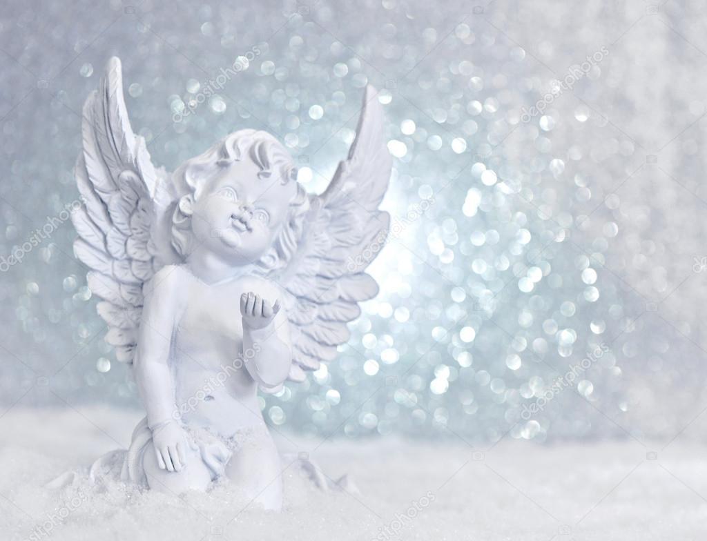 Petit ange blanc dans la neige — Photo