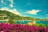 Francouzské květina pobřeží, pohled malé město blízko Nice a Monakem a