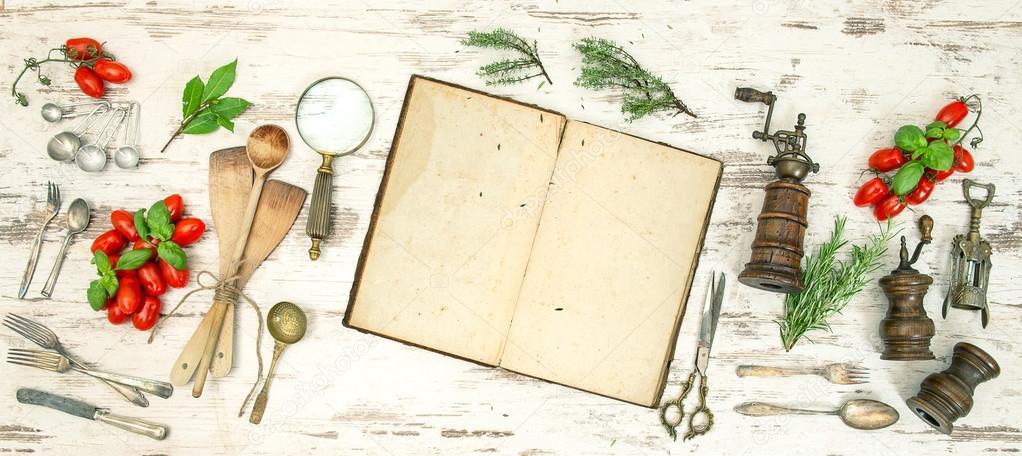 utensilios de cocina vintage con antiguas recetas, vegetales y ...
