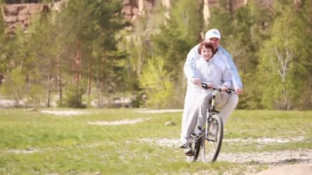 senioři na kolech