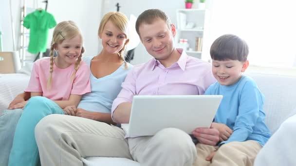 A gyerekek szörfözés internet