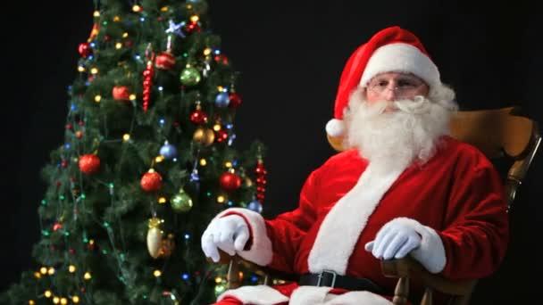 Santa in einem Schaukelstuhl Stuhl