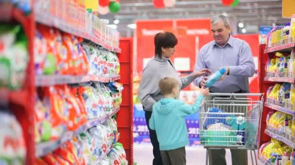rodina ze tří v supermarketu