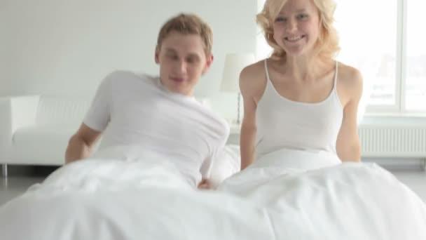 usmívající se pár v posteli