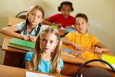 Klassenkameraden im Unterricht