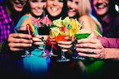 Koktejly, držení happy přátelé na party