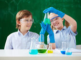 Fotografia bambini guardando il tubo con il liquido chimico