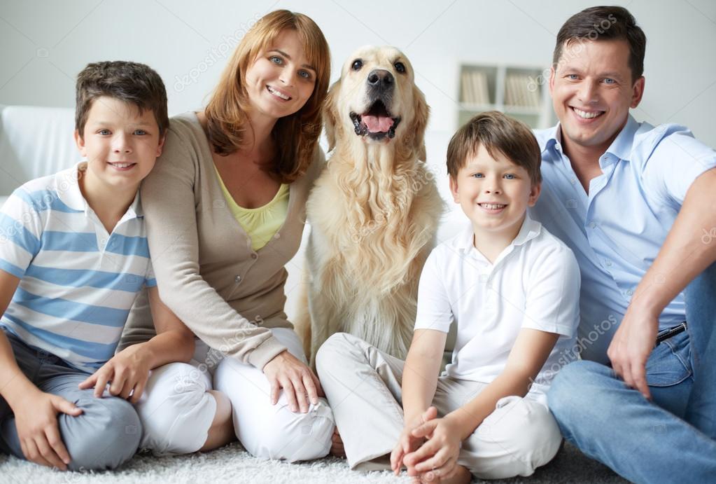 Famiglia con il loro cane foto stock pressmaster 38917099 for Piani casa cane trotto