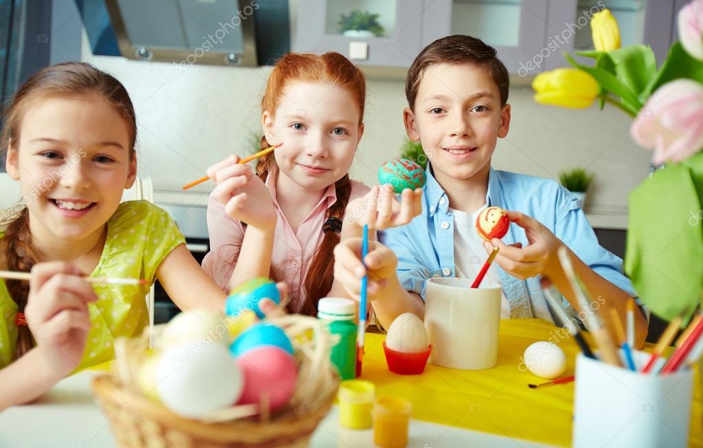 niños pintando huevos — Foto de stock © pressmaster #42526285