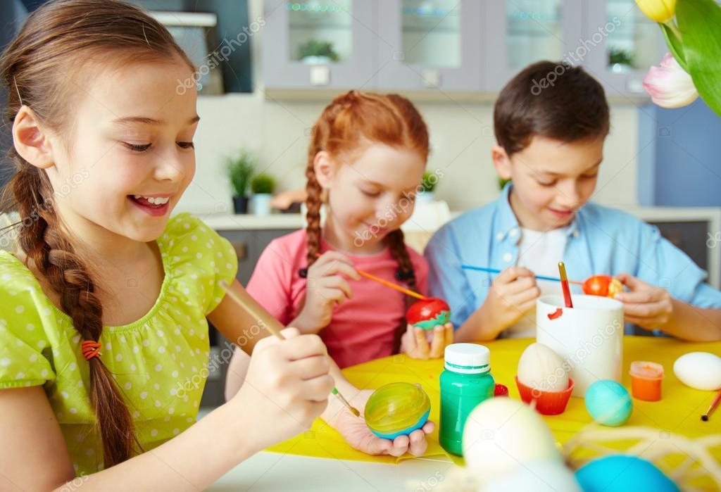 niños pintando huevos — Foto de stock © pressmaster #42526287