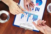 affärsmän som pekar på marknadsföring analys