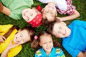 děti na trávě