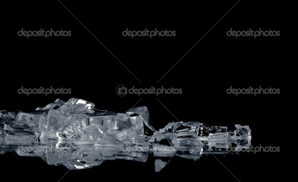 Pila de cubos de hielo brillante diferentes sobre la superficie de  reflexión sobre fondo negro — Foto de zaretskaya