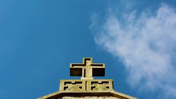 Keresztény határokon, a tetőn és a kék ég ellen